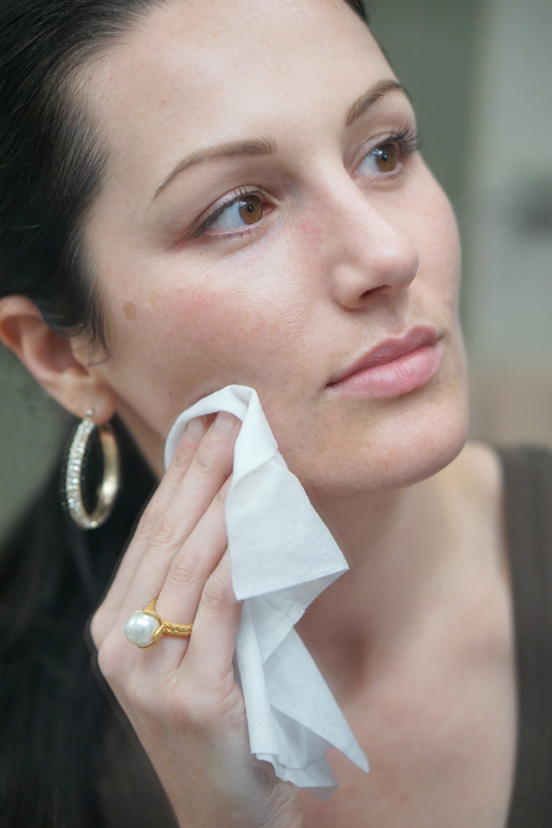 How To Use Clean & Clear Makeup Dissolving Facial Cleansing Wipes