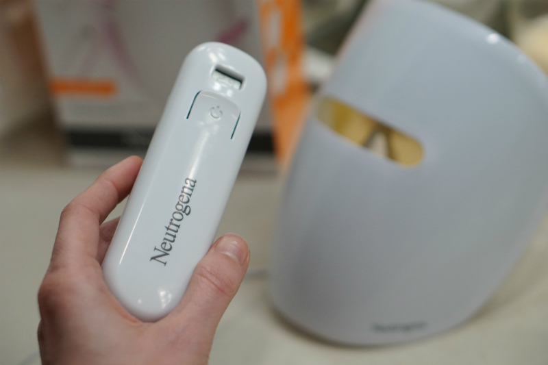 How To Get Clear Skin with The Neutrogena Light Therapy Acne Mask