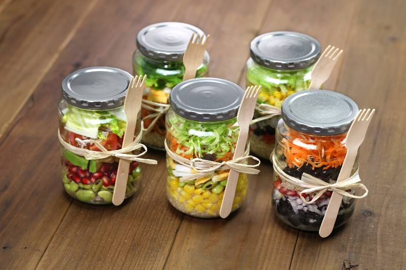 3 easy gourmet recipes that will enhance your spring picnics - Mason Jar Salad Bowls